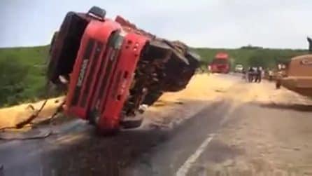 Enorme camion viene rialzato dopo un incidente ma finisce nel peggiore dei modi