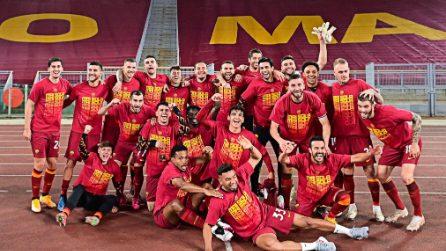 I calciatori della Roma pazzi di gioia sotto la Curva Sud vuota