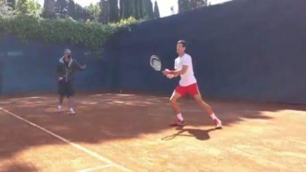 Fiorello dà lezioni di tennis a Djokovic durante gli Internazionali d'Italia