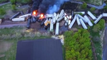 Vasto incendio su un treno merci deragliato: immagini impressionanti dall'alto