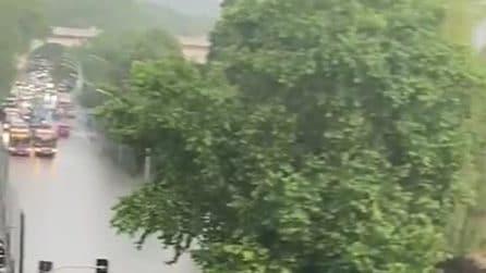 Strade allagate per il nubifragio a Roma: l'acqua inghiotte le auto