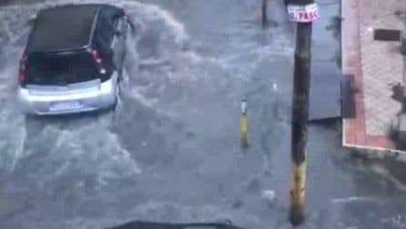 Bomba d'acqua in provincia di Napoli: le strade si allagano e le auto fanno fatica