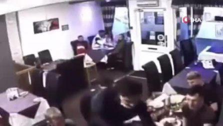 Sta soffocando per un boccone di traverso: il cameriere riesce a salvargli la vita