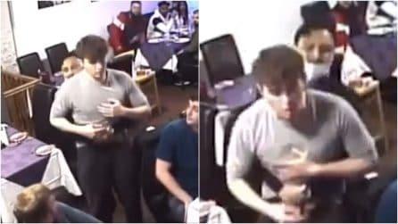 Sta soffocando per un boccone di traverso: cameriere salva un ragazzo con la manovra di Heimlich