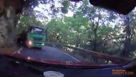 Tir a velocità sostenuta nella curva cieca e stretta: auto travolta