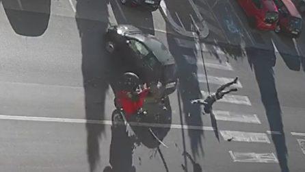 Brindisi, motociclista si schianta contro un'auto e fa un volo terribile: le immagini riprese dalle telecamere