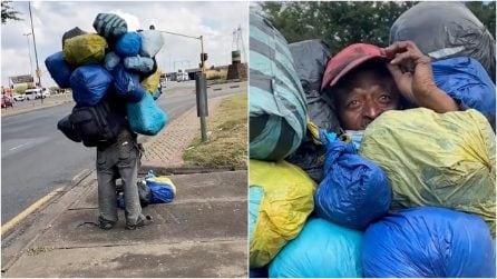 Incontra un senzatetto con un cumulo di buste sulle spalle e fa una scoperta che spezza il cuore
