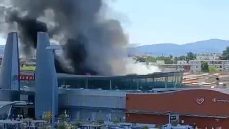 Incendio al centro commerciale di Ponte a Greve, colonna di fumo visibile a distanza