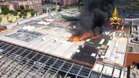 A Firenze a fuoco il tetto di un centro commerciale
