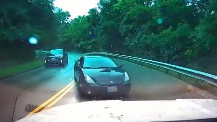 L'auto perde il controllo sulla strada bagnata: l'impatto frontale è inevitabile