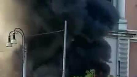 Autobus a fuoco sul Lungotevere: era in servizio da 17 anni