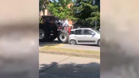 Conegliano, festa per l'ultimo giorno di scuola: studenti travolgono un'auto a bordo del trattore
