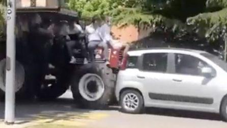 Ragazzi festeggiano la fine della scuola sul trattore: ma nel traffico arriva il tamponamento