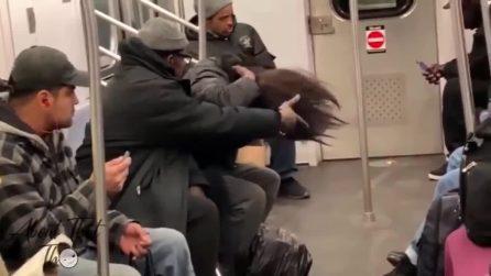 Salito in metropolitana non avrebbe pensato di assistere a questa scena