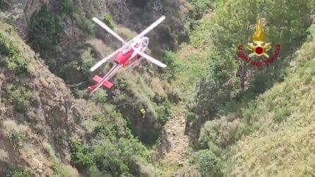 Cade in un dirupo profondo 200 metri con il suo scooter: soccorso dai vigili del fuoco