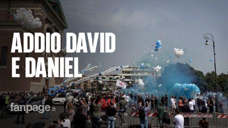 Ardea, l'ultimo saluto commosso a Daniel e David tra palloncini colombe bianche e fumogeni