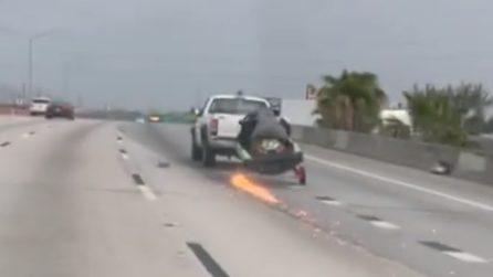 Scena pericolosa in autostrada, l'automobilista non si accorge di nulla