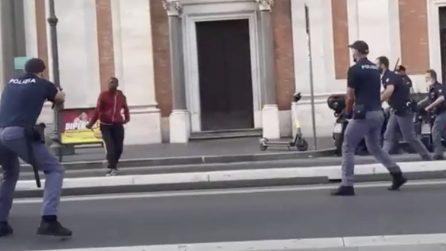 Stazione Termini, brandisce coltello contro i poliziotti: un agente gli spara all'inguine