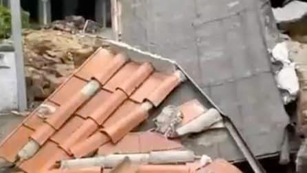 Crolla un muro in via Malcesina per maltempo: i residenti non possono entrare a casa