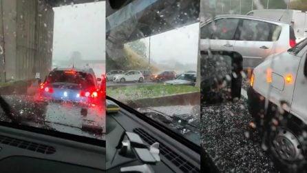 Maltempo, una fortissima grandinata ferma le auto in autostrada