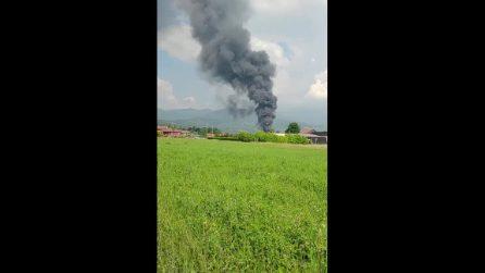 Vasto incendio in una fabbrica di vernici di Roletto