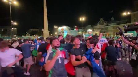 Autogol di Demiral in Turchia-Italia: l'esultanza dei tifosi in piazza a Roma