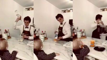 Il papà barman inventa un modo originale per preparare il biberon al piccolo figlio