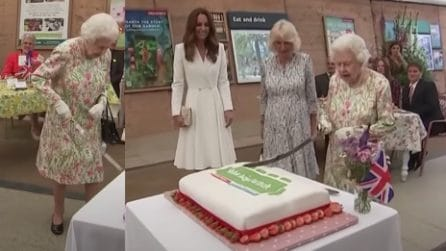La Regina Elisabetta taglia la torta con la spada davanti agli occhi divertiti di Kate e Camilla