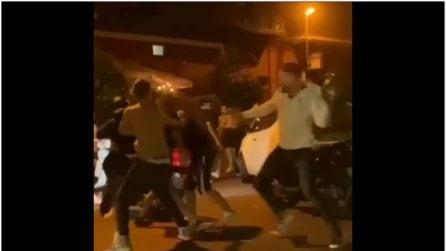A Bacoli maxi-rissa tra 20 giovani con caschi e tirapugni: ferito 22enne