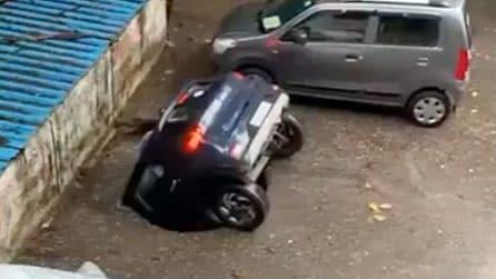 Si apre una voragine in strada: auto inghiottita in pochi secondi