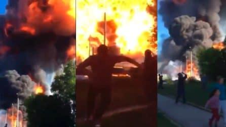 Esplosione violentissima in una stazione di servizio, le persone scappano dal luogo
