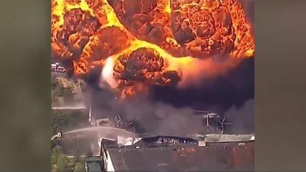 Esplode industria chimica, fiamme alte e fumo nero: evacuati gli abitanti della zona