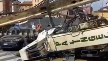 Paura a Milano, trivella di un cantiere cade sulle auto e sfonda un edificio: tragedia sfiorata