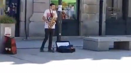 """La """"dedica"""" di questo musicista di strada quando accanto arriva un sit-in di un partito di destra"""