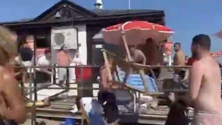 Scoppia la rissa in spiaggia: volano tavoli e sedie