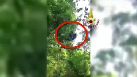 Cade col parapendio e resta sospeso a 20 metri di altezza: salvato dai vigili del fuoco
