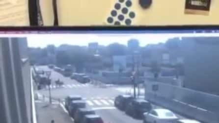Milano, in un video l'istante in cui la trivella caduta su un palazzo sfiora un passante
