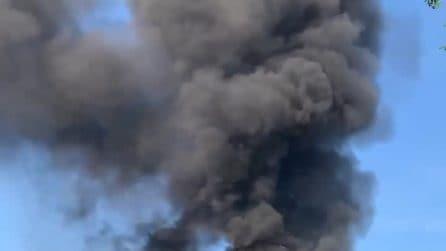 Incendio a Fiumicino, fiamme in una ex pescheria