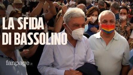"""Bassolino in piazza: """"Avanti con l'affetto della gente, si sono comportati con me meglio del Pd"""""""