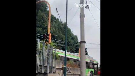 Il nuovo filobus 204 si ferma per sganciare i cavi a Capodimonte: il traffico va in tilt