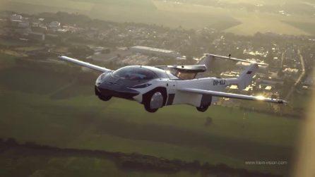 Il primo viaggio dell'auto volante che dispiega le ali e si trasforma in aereo