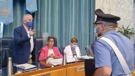 """Il sindaco Scajola caccia i carabinieri dall'aula consiliare: """"Via da qui"""""""