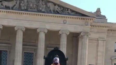 Le statue della regina Vittoria ed Elisabetta II abbattute in Canada durante proteste dei nativi