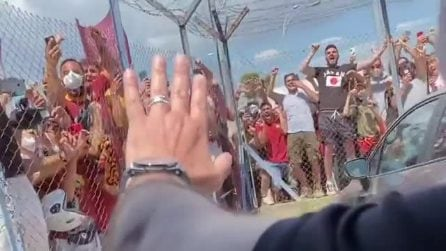 """José Mourinho a Roma, bagno di folla dei tifosi: """"Grazie mille"""""""