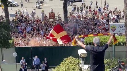 Roma, il saluto di José Mourinho ai tifosi a Trigoria