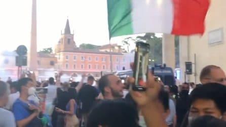 Migliaia di tifosi cantano l'Inno di Mameli a piazza del Popolo di Roma