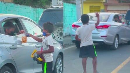 Il piccolo spolvera le auto per qualche spicciolo, un bambino si ferma con lui: nasce una stupenda amicizia