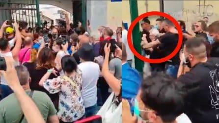 Nino D'Angelo preso d'assalto dai fan all'inaugurazione del murales di Jorit