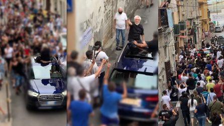 Nino D'Angelo torna nel quartiere d'origine: viene sommerso dalla folla in strada