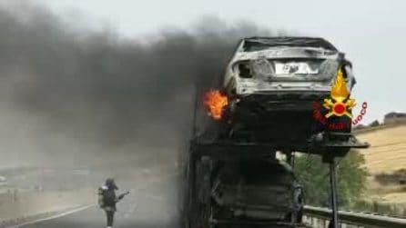 Avellino, autocarro in fiamme sulla A16: chiusa la Napoli-Bari